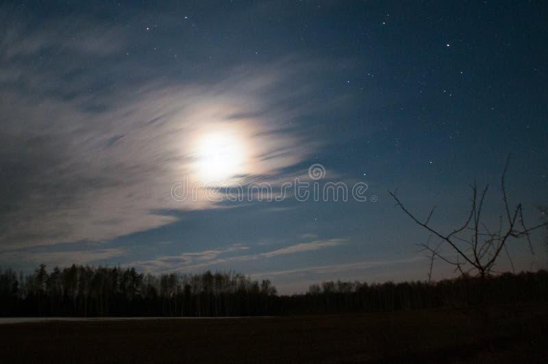 Luna debajo de las estrellas de la noche del camino imagen de archivo libre de regalías