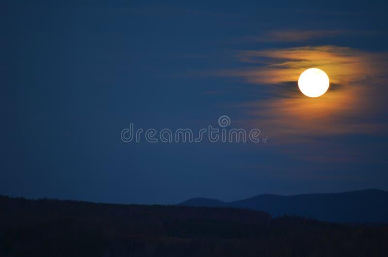 Luna della Carolina sopra le montagne fotografia stock libera da diritti
