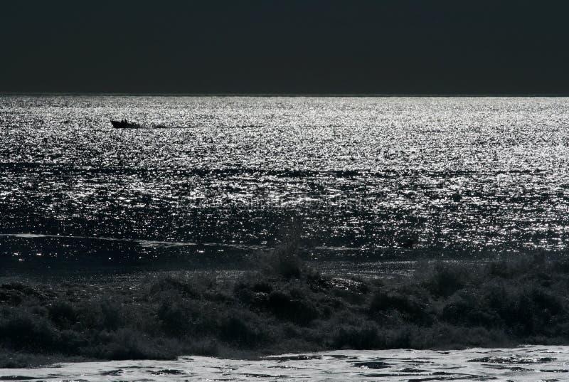 Luna di notte sopra l'oceano fotografia stock libera da diritti