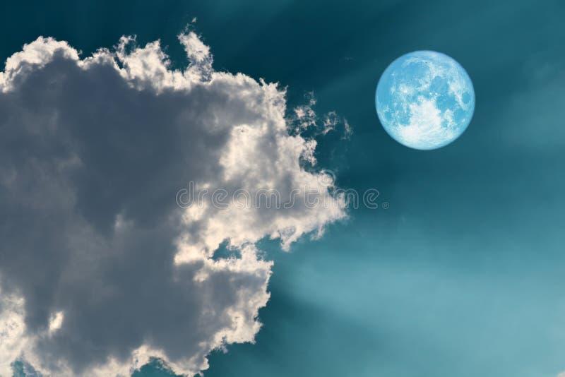 luna di raccolto piena sul cielo e sul sole sullo splendere posteriore di luce solare della nuvola fotografia stock
