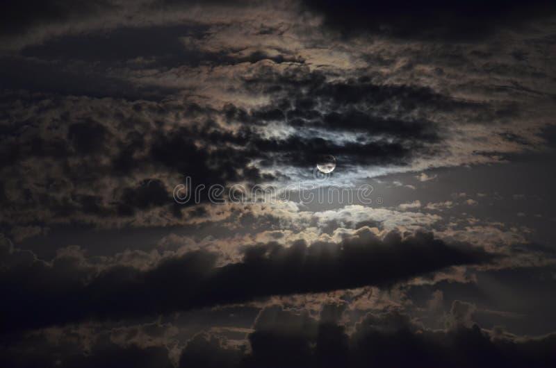 Luna dietro le nubi fotografie stock libere da diritti