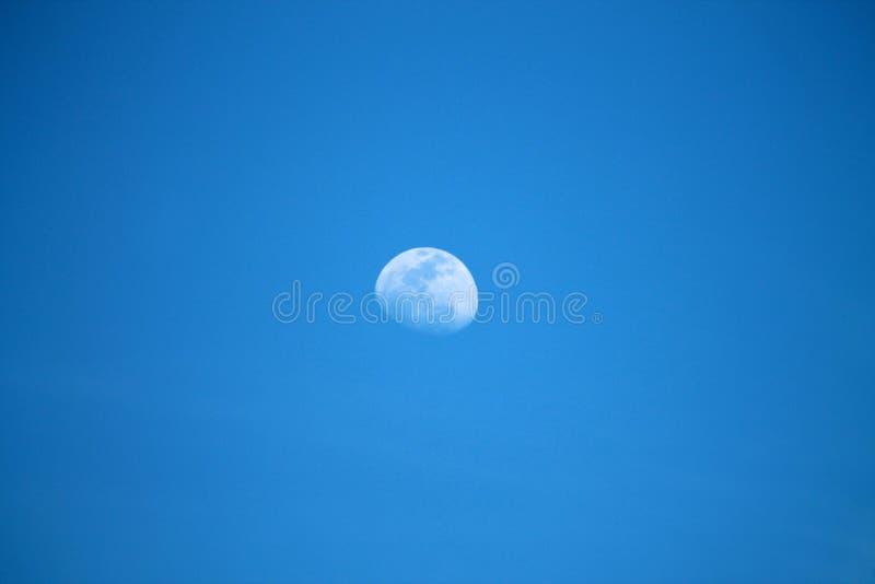 Download Luna diurna imagen de archivo. Imagen de tarde, día, lunar - 44857831