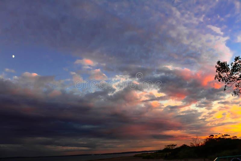 Luna e tramonto dopo una tempesta della pioggia immagine stock libera da diritti