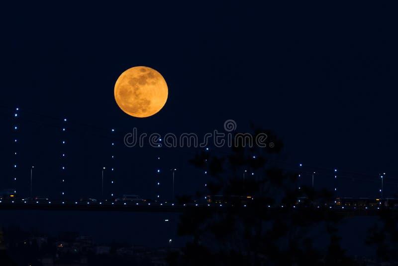 Luna eccellente del sangue blu dietro il ponte di Bosphorus a Costantinopoli, Turke immagini stock