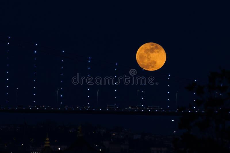 Luna eccellente del sangue blu dietro il ponte di Bosphorus a Costantinopoli, Turke fotografia stock libera da diritti