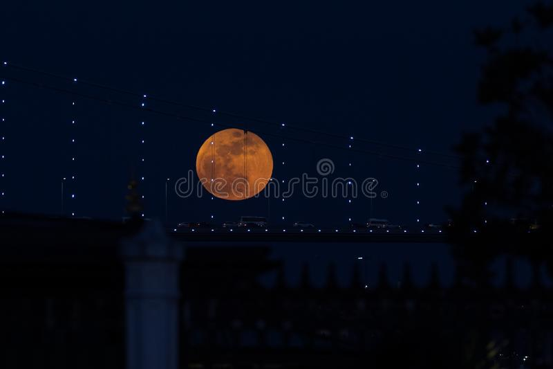Luna eccellente del sangue blu dietro il ponte di Bosphorus a Costantinopoli, Turke fotografie stock libere da diritti