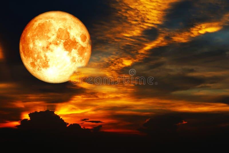luna eccellente del sangue sull'arcobaleno variopinto della nuvola su cielo notturno fotografia stock libera da diritti