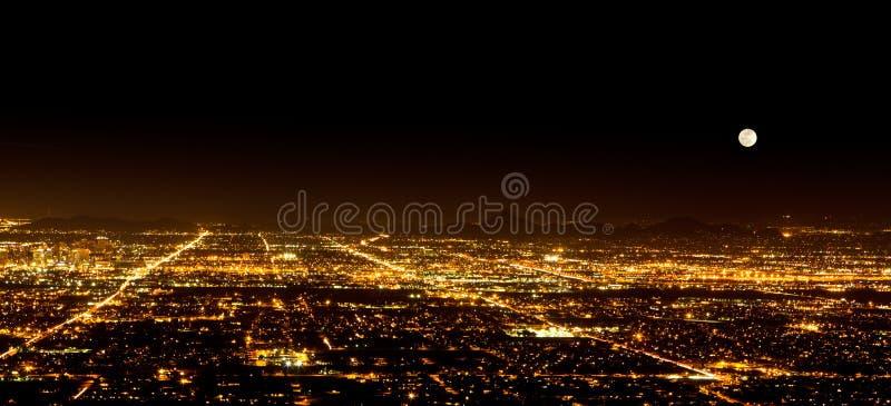 Luna eccellente sopra Phoenix Arizona immagini stock