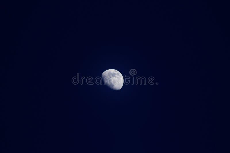 Luna en cielo azul marino imagenes de archivo