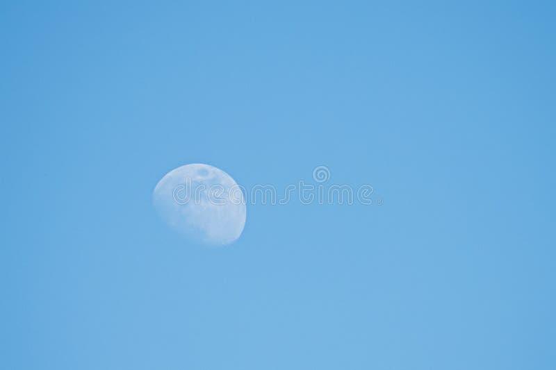 Luna en cielo de la luz del día imagenes de archivo
