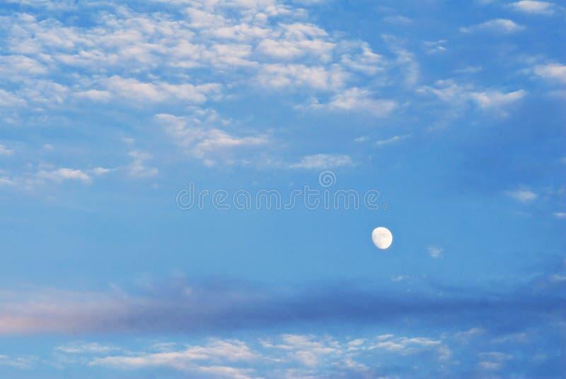 Luna en Cloudscape imagen de archivo