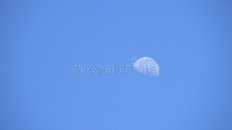 Luna en el cielo azul imagen de archivo