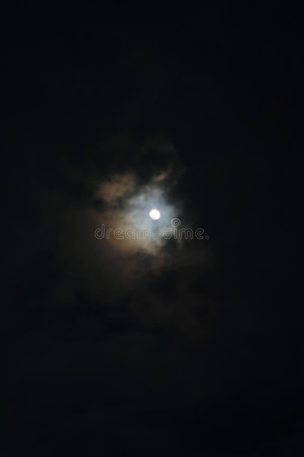 Luna en el cielo nocturno imágenes de archivo libres de regalías