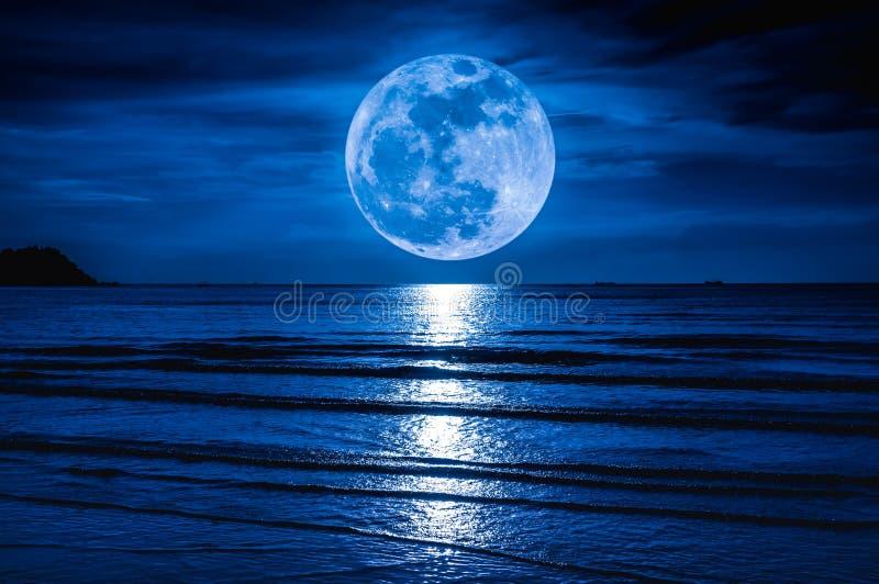 Luna estupenda Cielo colorido con la nube y la Luna Llena brillante sobre el SE fotografía de archivo