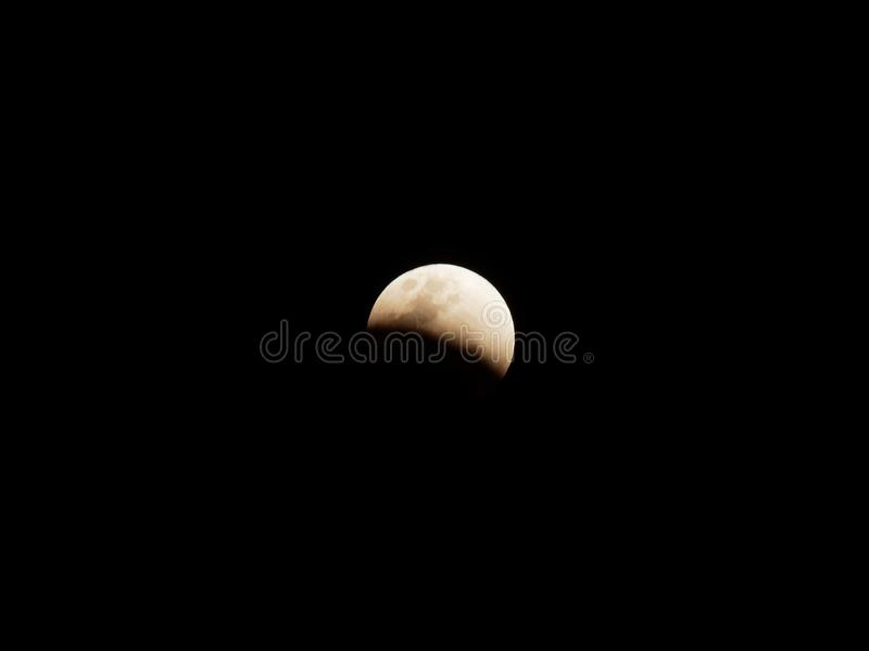 Luna estupenda de la sangre azul con eclipse lunar parcial sobre fondo oscuro del cielo fotografía de archivo libre de regalías