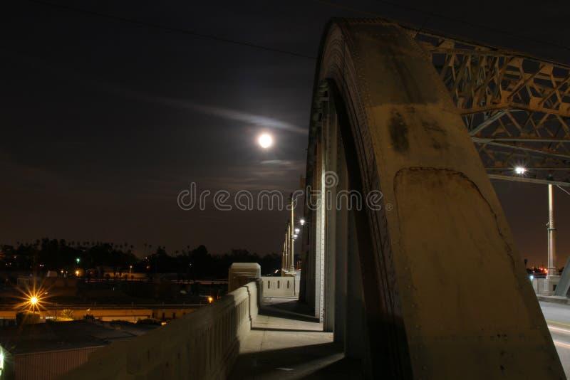 Luna estupenda sobre el puente #2 fotografía de archivo