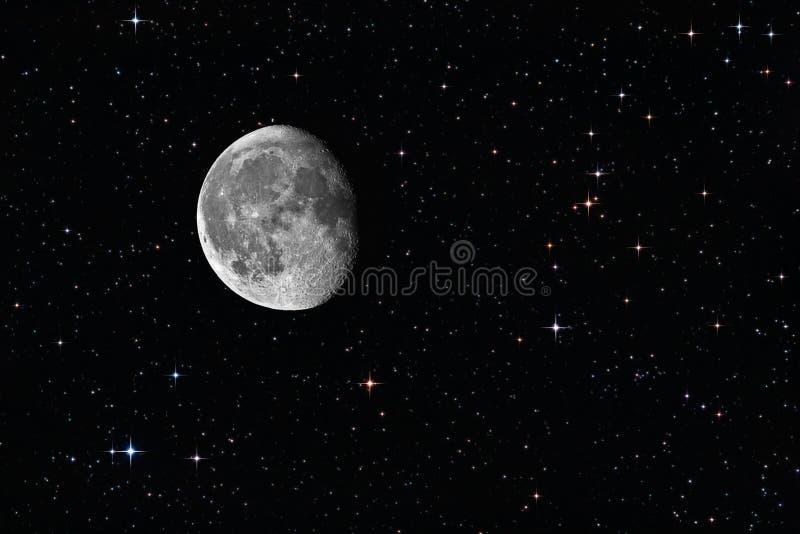 Luna gibosa de disminución entre las estrellas imagen de archivo libre de regalías