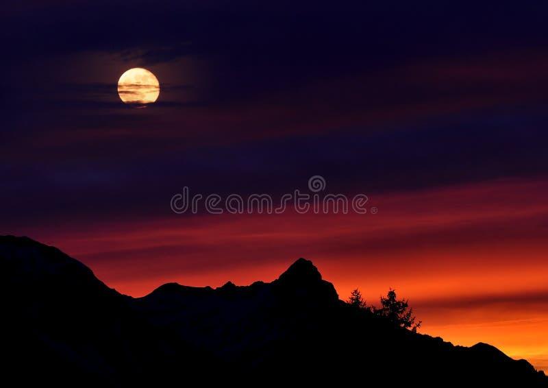 Luna Intera Sopra La Montagna Nera Dominio Pubblico Gratuito Cc0 Immagine
