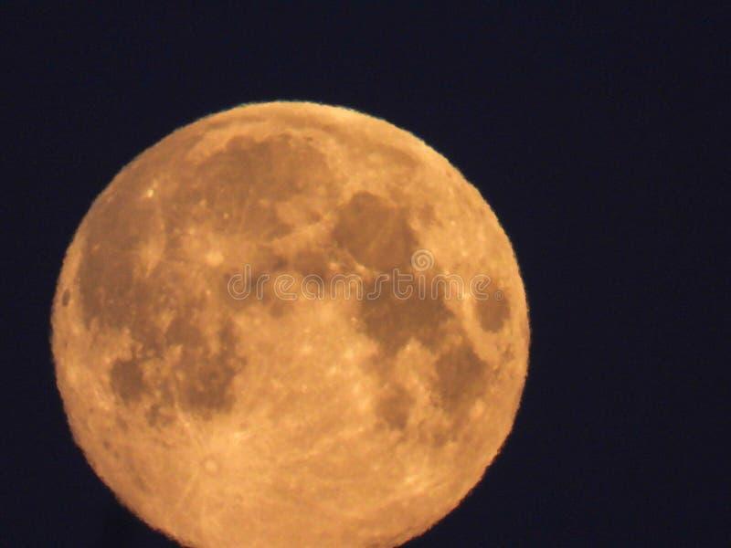 Luna Llena amarilla en el cielo de la mañana imagenes de archivo
