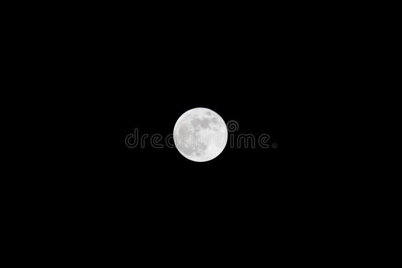Luna Llena brillante contra el cielo negro 31 de enero de 2018 imagen de archivo libre de regalías