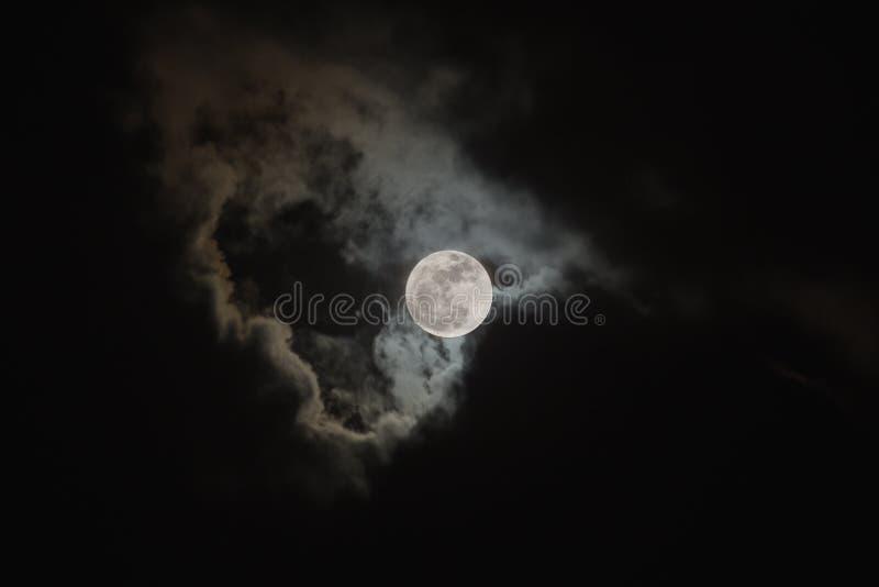 Luna Llena brillante en la escena nublada del cielo nocturno foto de archivo libre de regalías