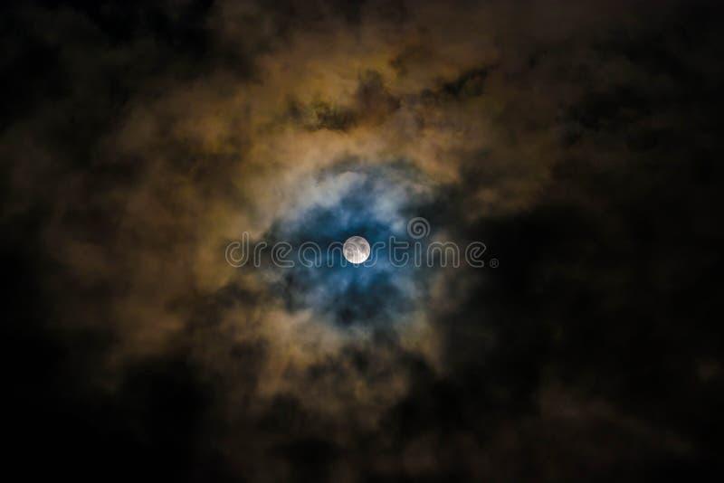 Luna Llena brillante en un cielo nublado dramático fotos de archivo libres de regalías