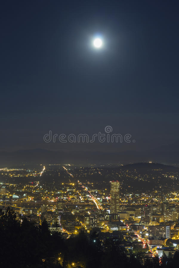 Luna Llena de la cosecha sobre Portland Oregon imagenes de archivo