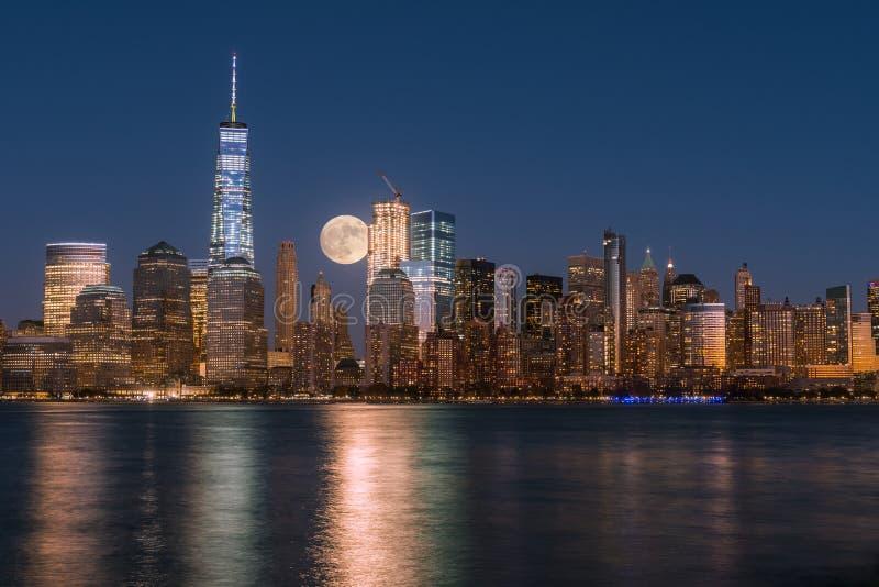 Luna Llena del perigeo sobre los rascacielos de un Manhattan-nuevo Yo más bajo imágenes de archivo libres de regalías