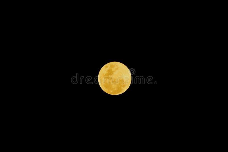 Luna Llena después del eclipse lunar en el fondo oscuro de la noche imagenes de archivo