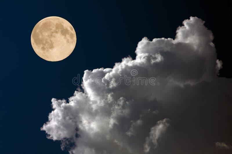 Luna Llena en el cielo nocturno foto de archivo