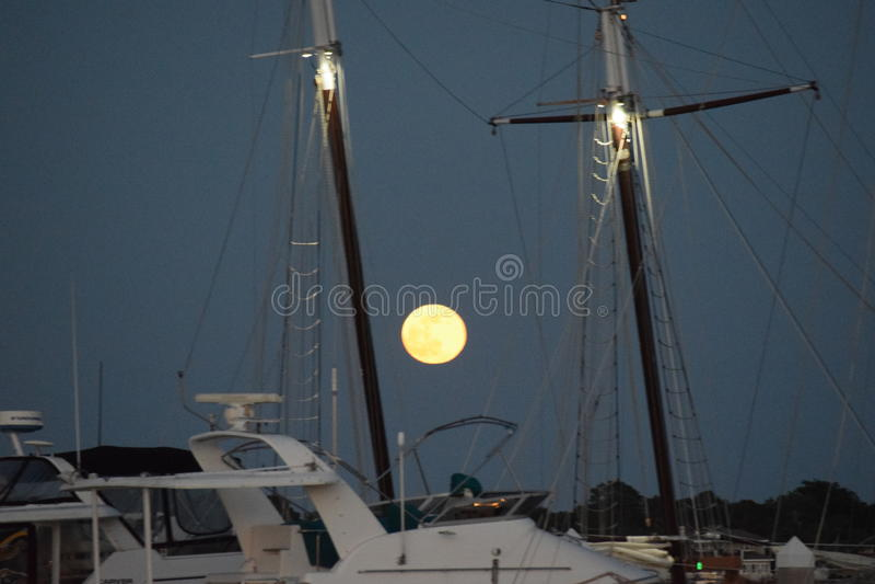 Luna Llena en el muelle imagen de archivo