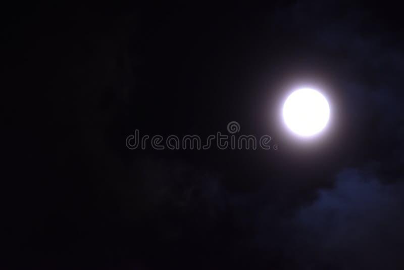 Luna Llena en ella ` s más brillante foto de archivo libre de regalías