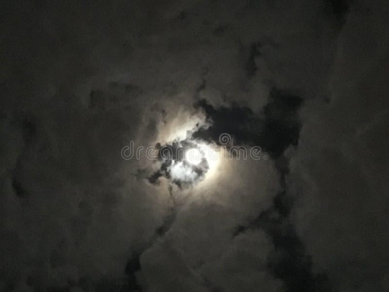 Luna Llena en noche nublada, la luz con oscuridad fotos de archivo
