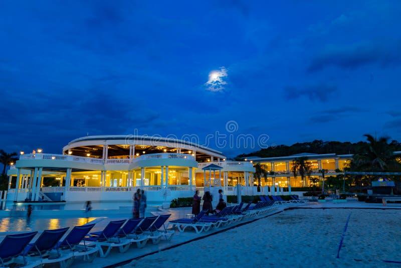 Luna Llena en un cielo azul sobre el centro turístico magnífico Jamaica las Antillas de Palladium fotografía de archivo