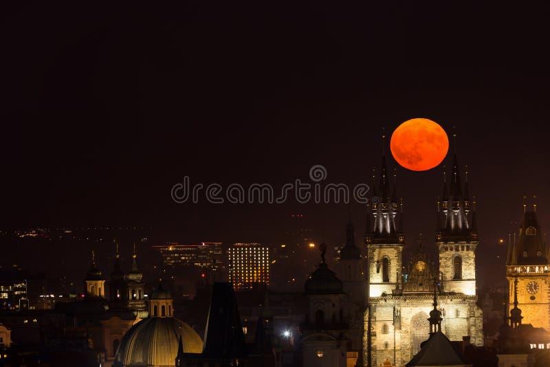 Luna Llena entre las torres de la iglesia de nuestra señora antes de Tyn, Praga, República Checa foto de archivo