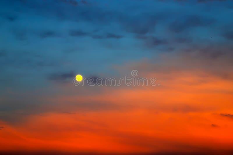 Luna Llena pintoresca en un fondo de nubes azules y rojas hermosas Nubes en la puesta del sol, salida del sol durante la Luna Lle fotografía de archivo libre de regalías