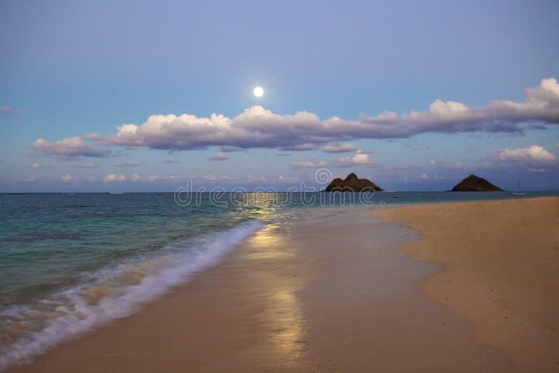 Luna Llena que se levanta en la playa del lanikai, Hawaii fotos de archivo