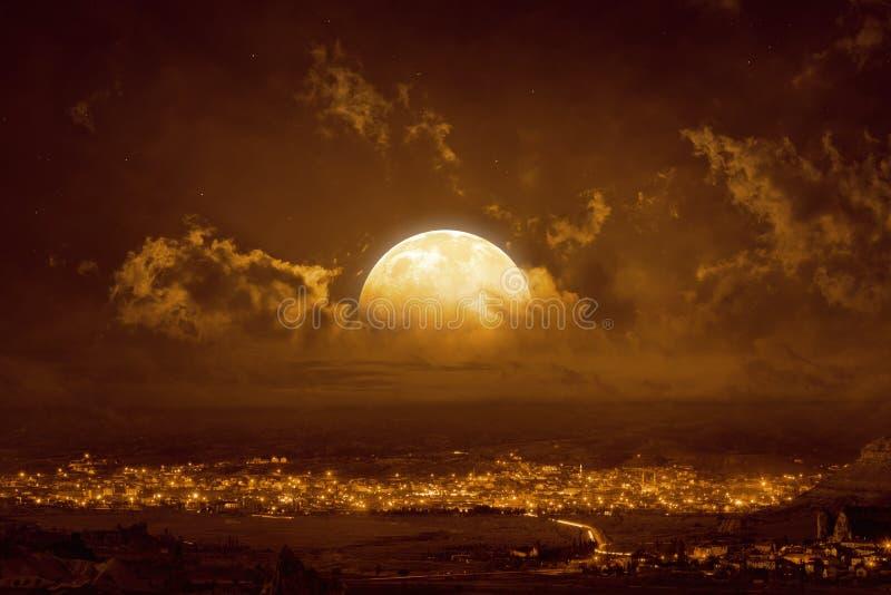 Luna Llena roja amarilla de levantamiento en cielo que brilla intensamente fotografía de archivo libre de regalías