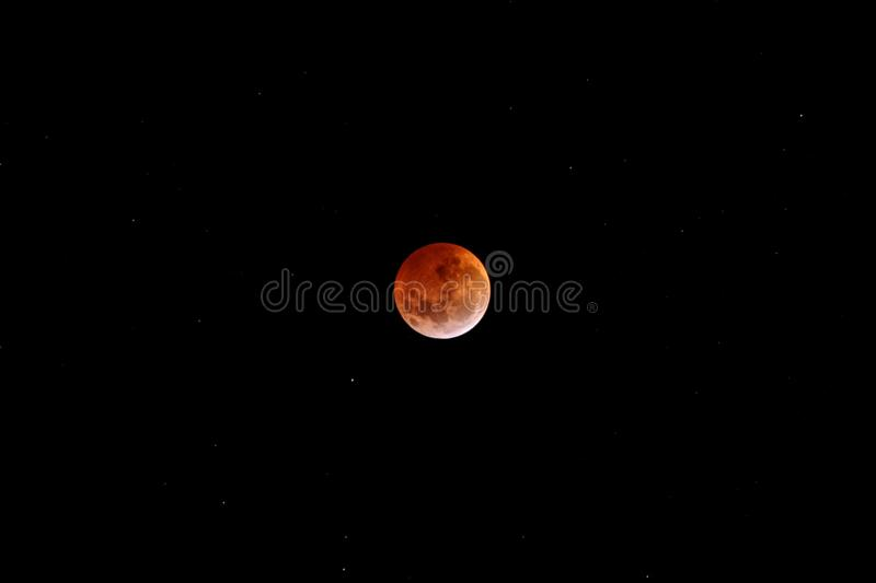 Luna Llena roja lunar del eclipse en cielo negro oscuro en la noche imágenes de archivo libres de regalías