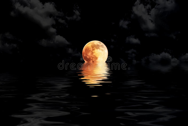 Luna Llena rojo oscuro en nube con el showin del primer de la reflexión del agua libre illustration