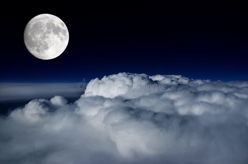 Luna Llena sobre cubierta de nube foto de archivo libre de regalías