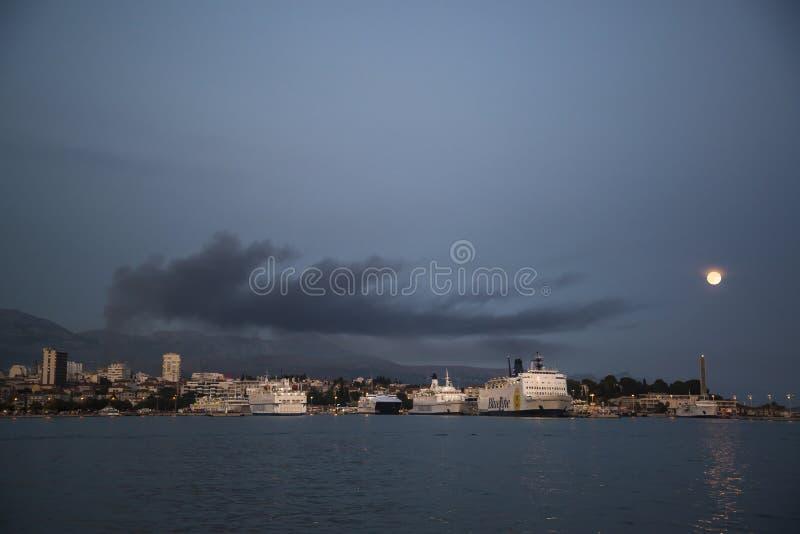 Luna Llena sobre el puerto partido, Croacia fotografía de archivo