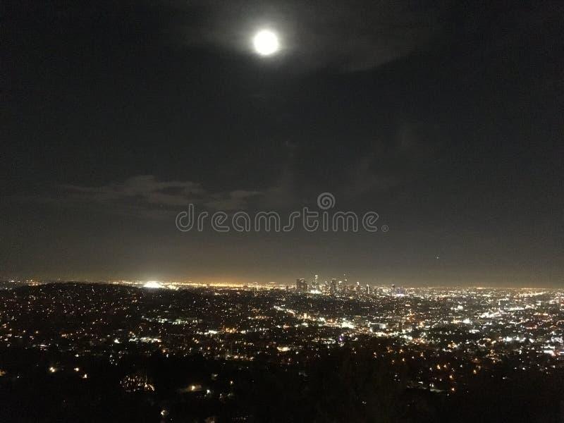 Luna Llena sobre la ciudad de Los Angeles en la noche fotografía de archivo