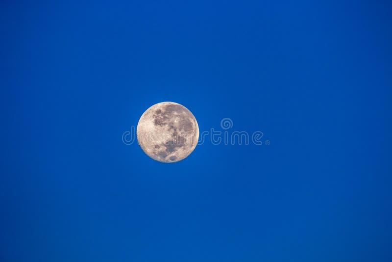 Luna Llena vista en el desierto namibiano imagen de archivo