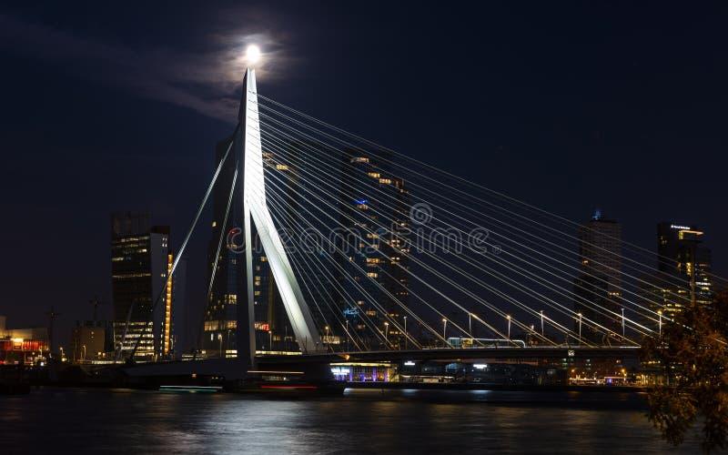 Luna Llena y Erasmusbrug Rotterdam fotografía de archivo