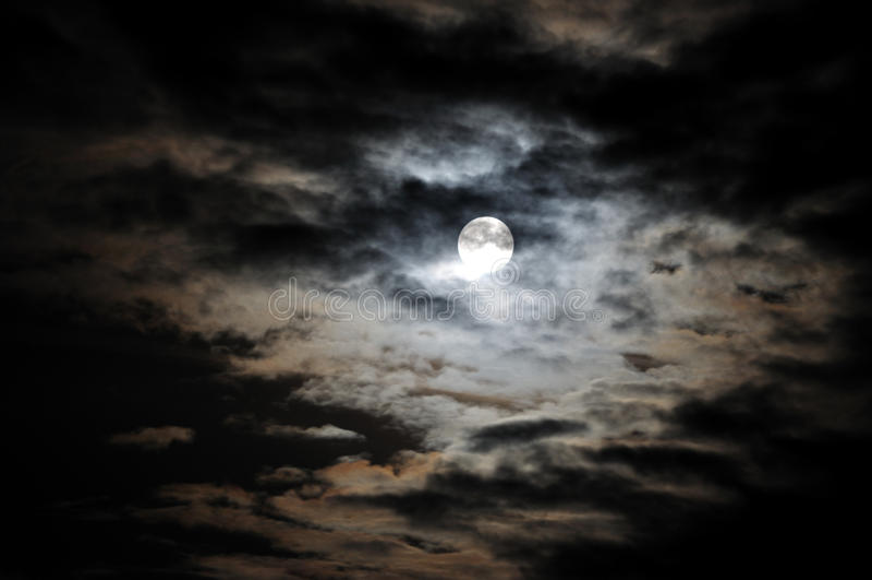 Luna Llena y nubes blancas en el cielo nocturno negro foto de archivo