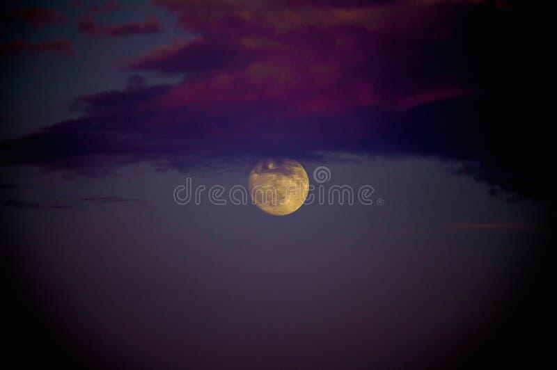 Luna Llena y nubes: misterio, belleza y poder imagenes de archivo