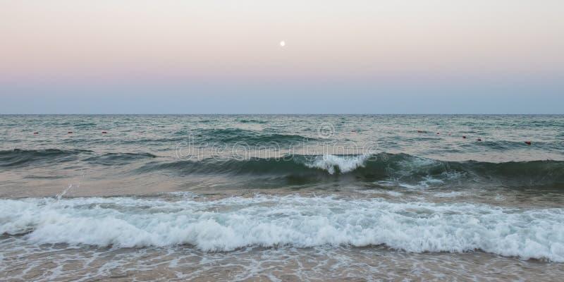 Luna Llena y pequeñas ondas en el mar Mediterráneo, Túnez foto de archivo libre de regalías