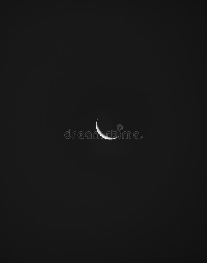 Luna luminosa nel cielo notturno fotografie stock libere da diritti