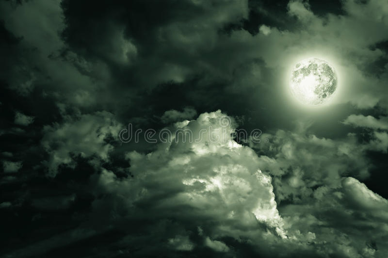Luna magica sopra le nubi fotografie stock